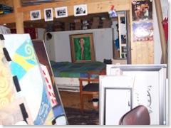 Bedstee met netjes opgemaakte bed (bovenste foto Mevr. Black)