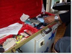 Ook de reisuitrusting van de artiest wijlen staat klaar, het is een gitaarkoffer met allerlei handige spulletjes erin.
