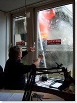 Presentator Ferry Windsant van het programma Beatnacht vraagt in beleefd Haags aan een plotseling opgeduikende glazenwasser om effe op te zouten. De uitzending moest even stilgelegd worden toen de man in de oranje jas plotseling de hogedrukspuit tevoorschijn haalde.