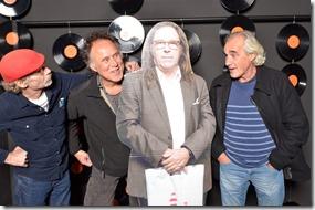 4-12-2014 40 jaar WV gastenboekfotos (2) Bo, Janneman (Double You Crew Vereenigingsconcerten) en Frank van der Meijden (ex-schoolmeester-bookingagent-manager van Doe Maar en Blof, nu zelfstandigkunstenaar
