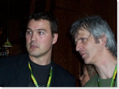 Arjan Davids & Robbert Tilli (NPI), die net de groeten van z'n broer Phil 'Moke' kreeg