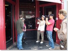 Openlucht interview gewoon op straat (6th Street-Austin) voor de deur van Friends