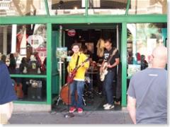 ..in de deuropening van een muziekwinkel